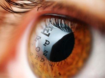 Optometry: Eye reading an eye chart